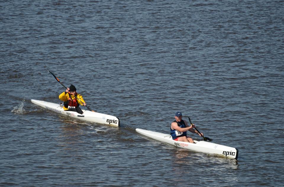 2 kayaks de course en ligne monoplace sur l'eau