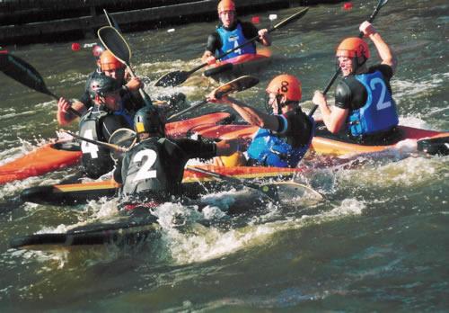 Personnes jouant au kayak polo