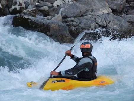 Kayak de rivière en eau vive