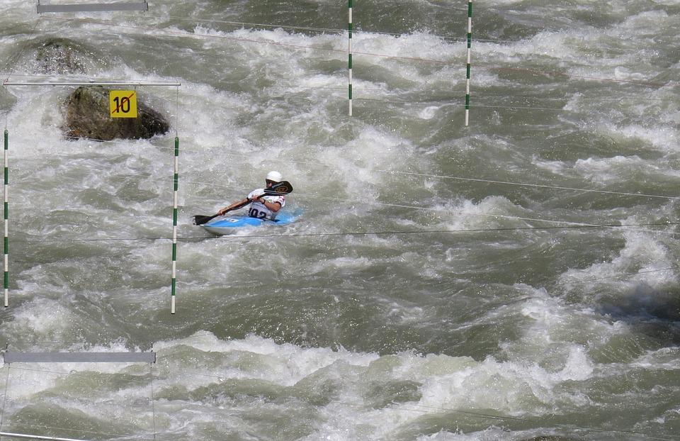 Kayak slalom en eau vive